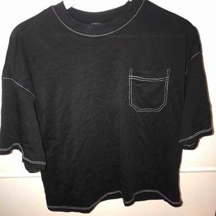 Svart oversized t-shirt med vita sömmar från monki. Köpt för 2 månader sedan och är knappt använd, 3-4 gånger. Köparen står för frakt (swish)