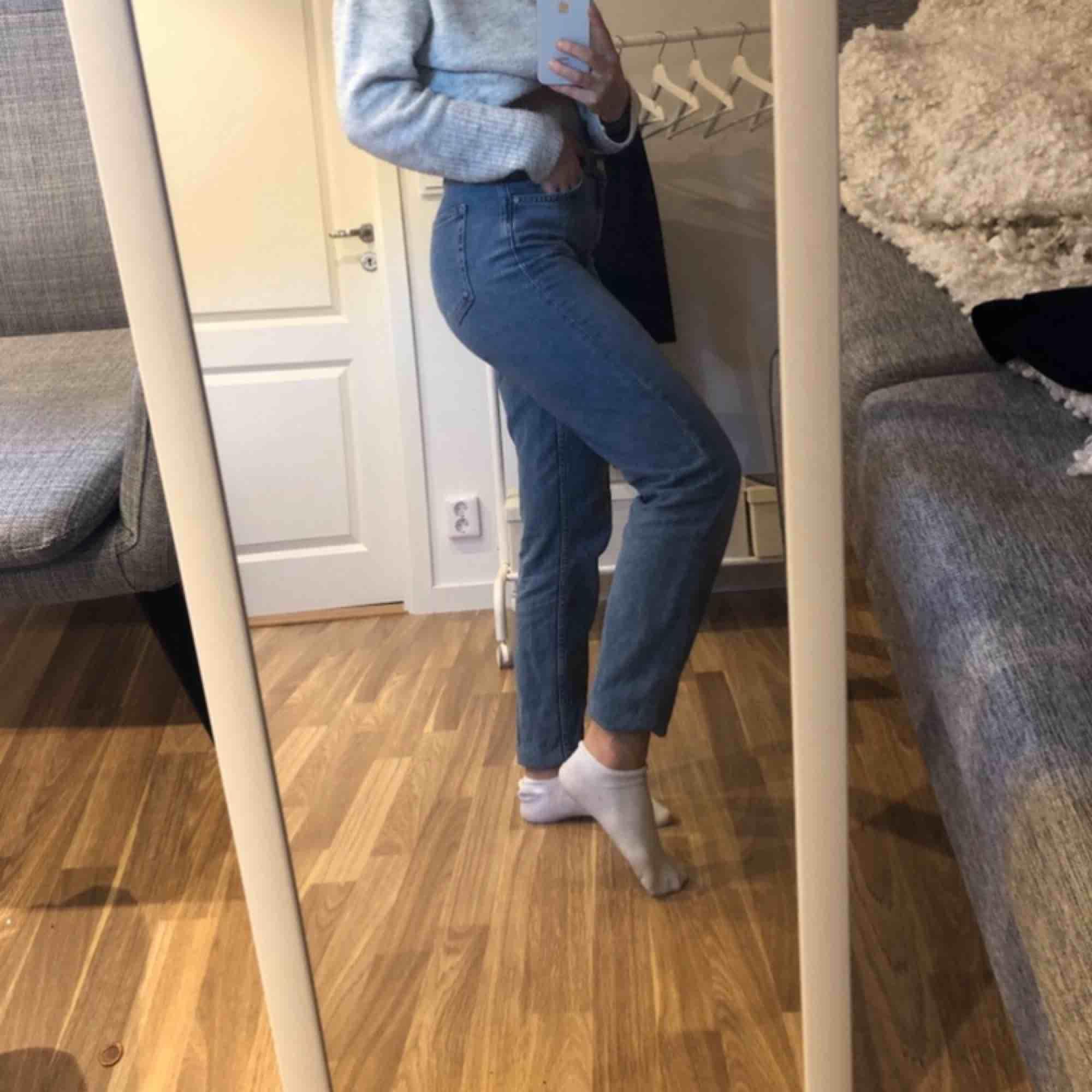 Basic ljusa jeans från Bik Bok i storlek S, super sköna 😊 köparen står för frakten på ca 70kr. Jeans & Byxor.