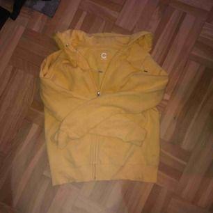 Mysig munkjacka från Cubus i gult