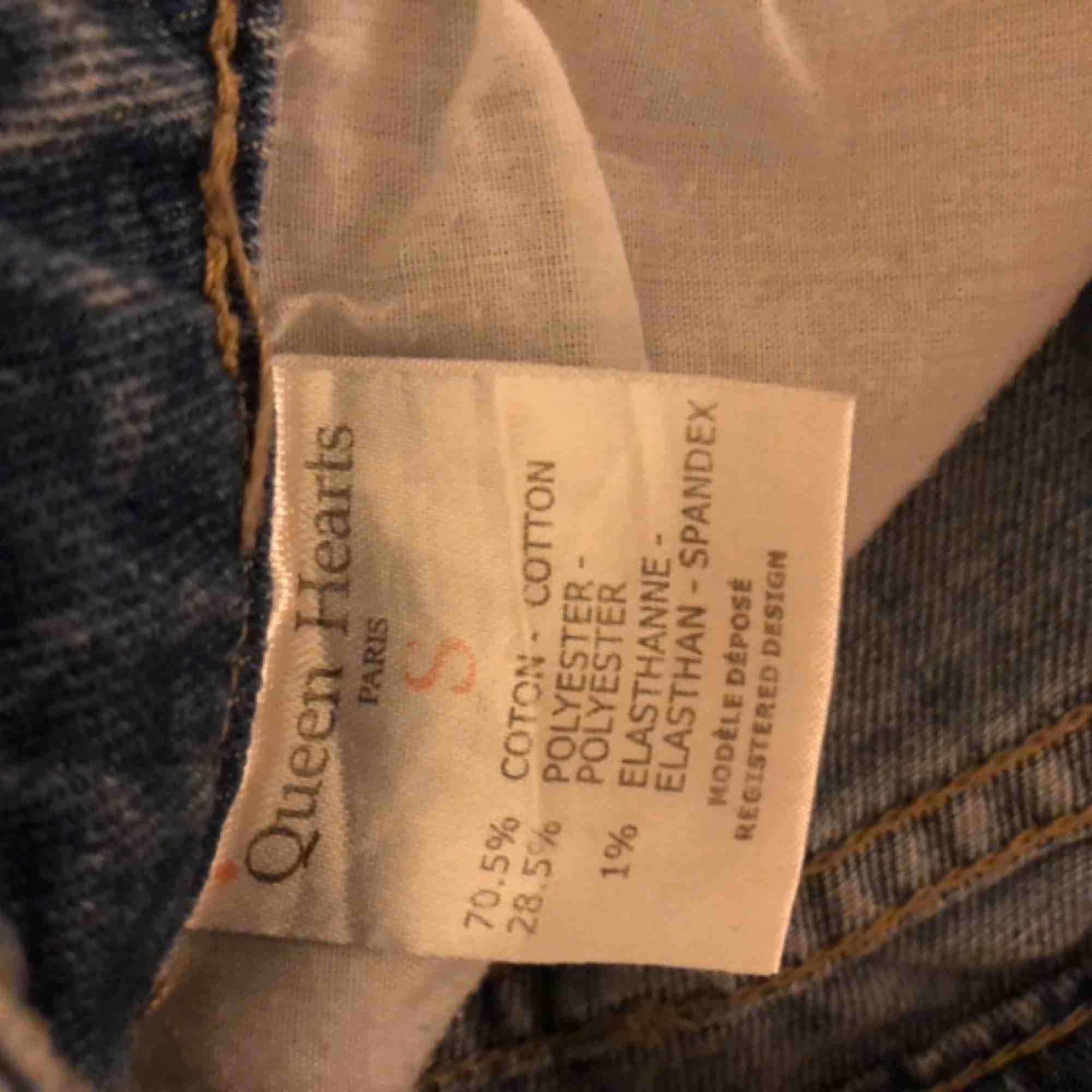 Fina slitna lågmidjade jeans från junkyard i bra skick! Köparen står för frakten på ca 50kr. Jeans & Byxor.