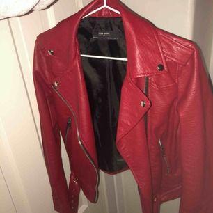 Röd skinnjacka från Zara! Använd fåtal gånger