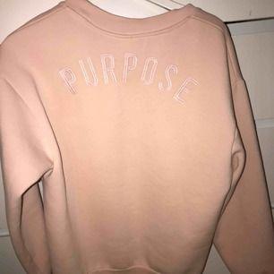 Rosa sweatshirt från H&M där det står purpose uppe på ryggen. Använd men i okej skick! Köparen står för frakt (swish)