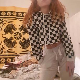 Oanvänd hoodie från Forever21 i storlek M, jätte mjukt tyg mysig. 230 kr med frakten inräknad❤endast swish