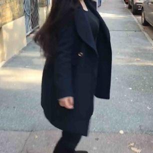 Säljer en jätte fin marinblå kappa används till hösten vinter allt möjligt säljer pågrund av ingen användning storlek m passar även s jätte fin