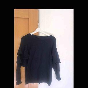 Marinblå tröja med detaljer, storlek S.