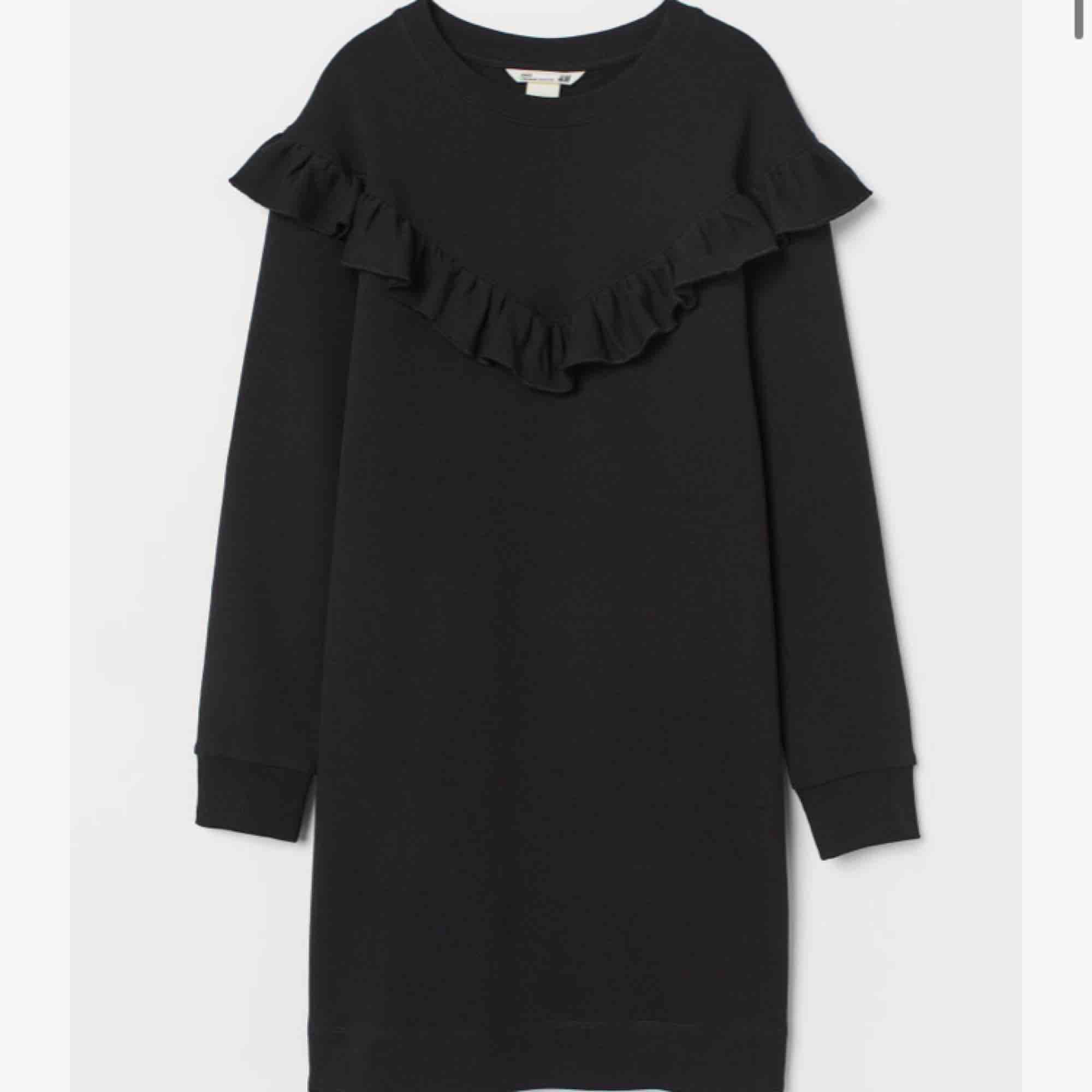 Volang sweatshirt, lång och passar som klänning. As ball på fester! Frakt 80kr. Klänningar.