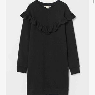 Volang sweatshirt, lång och passar som klänning. As ball på fester! Frakt 80kr