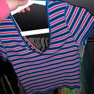 Skiitsnygg tröja från ginatricot. Kan både stylas upp till fest tex och stylas ner till vardag. V-ringad fram men ÄVEN i ryggen. Aldrig använd. 50kr + ca 40kr frakt