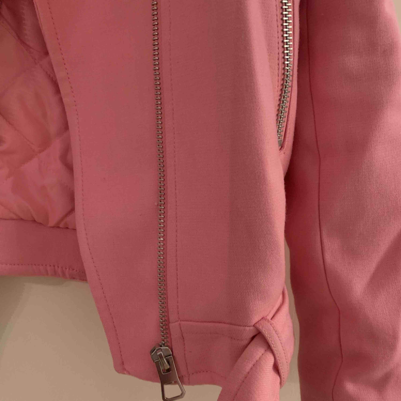 Super härlig och cool jacka från H&M 🌸 bikermodell i mjukt tyg, aldrig använd. Lite tight passform. Frakt tillkommer 💗. Jackor.