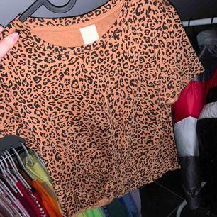 """Skitsnygg oanvänd tröja från h&m med en """"knytning"""" längst ner på tröjan. 50kr + ca 40kr frakt."""