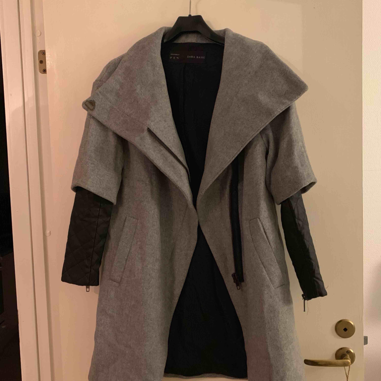 Sjukt cool och unik kappa från Zara. Använd fåtal gånger, perfekt skick. Varm och mysig, passar XS-S! Frakt tillkommer 💋. Jackor.