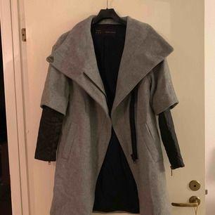 Sjukt cool och unik kappa från Zara. Använd fåtal gånger, perfekt skick. Varm och mysig, passar XS-S! Frakt tillkommer 💋