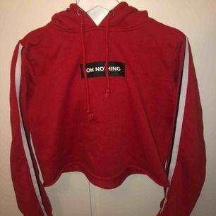 Röd croppad hoodie från BikBok. SUPERskönt material  Nypris: 299kr men säljer för 50kr för vill bli av med den. Aldrig använd.