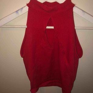 """Rött linne med """"hål"""" på framsidan. Polokrage. Säljs pga använder aldrig."""
