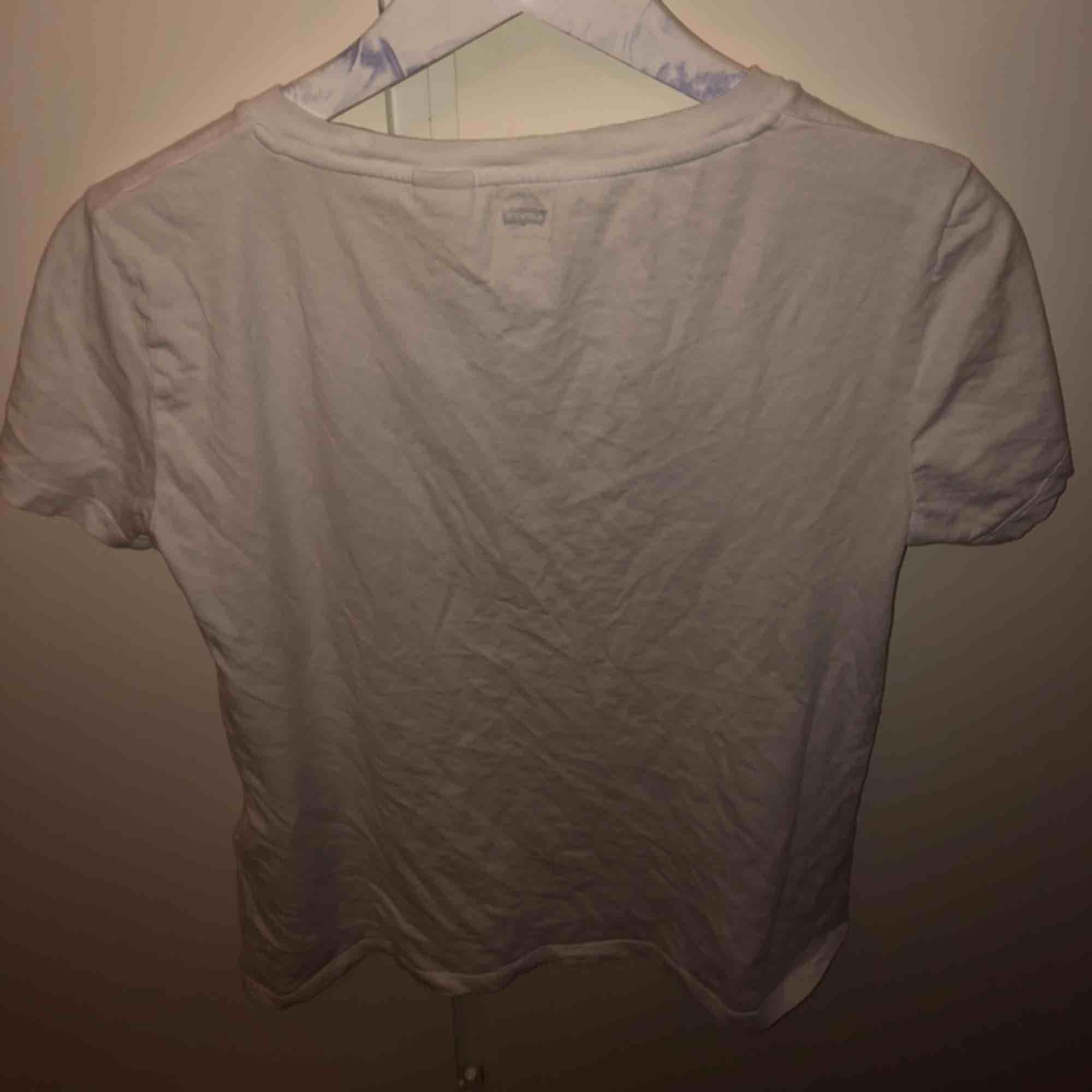 Vit Levi's-t-shirt. Står att det är XS men den sitter som M. säljer pga använder aldrig. . T-shirts.