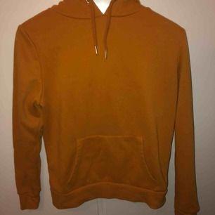 Orange hoodie. Perfekt för hösten. Gosigt material på insidan. Passar S/M/L. Säljes pga aldrig använd.