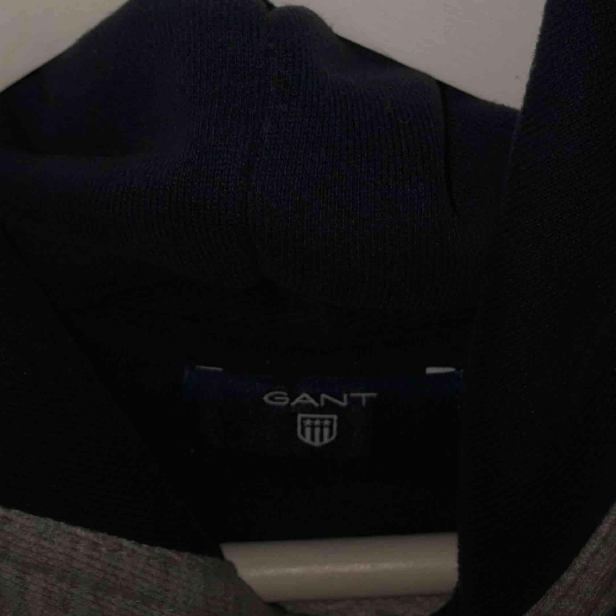 Grå ganthoodie köpt i Mall Of Scandinavia inne på gantbutiken. Rabatterat pris så köpte den för 950kr. Säljes för att jag aldrig använder den. Mycket gott skick. Luvan är marinblå innuti. Passar S och M. Unisex. . Huvtröjor & Träningströjor.