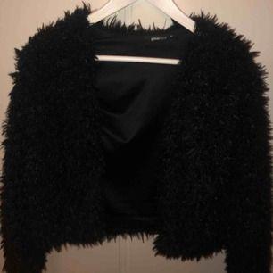 Lurvig svart jacka från Gina Tricot. Nypris: 299kr men säljer för 70kr då jag vill bli av med den pga aldrig använd. Supermysig och skicket är jättebra!