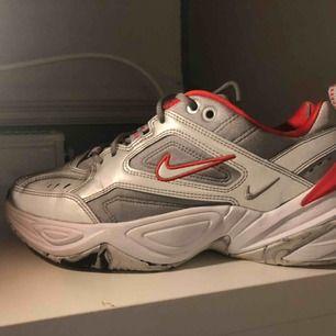 ⚡️Ett par silvriga Nike M2K Tekno säljer jag nu pga att jag inte använder dem. Köpte dem i New York för ungefär ett halv år sen för ca 900kr och är knappt använda!  Skorna är reflexmaterial, fråga gärna om något du undrar!⚡️⚡️💥🔥