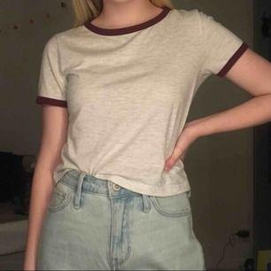 Basic tröja från H&M, vit spräcklig med röda ärm kanter. I perfekt skick, säljer för 40 kr + frakt 🍂
