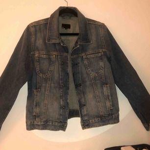 Jätte fin jeans jacka i storlek L. Jag själv har storlek xs och den är super fin på som oversize
