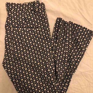 SKITSNYGGA rutiga byxor från h&m!! Köpta för flera år sen men sparsamt använda, tror inte som säljs längre dock. I st 36 så passar en S!! Skriv för fler bilder med dom på osv :)))