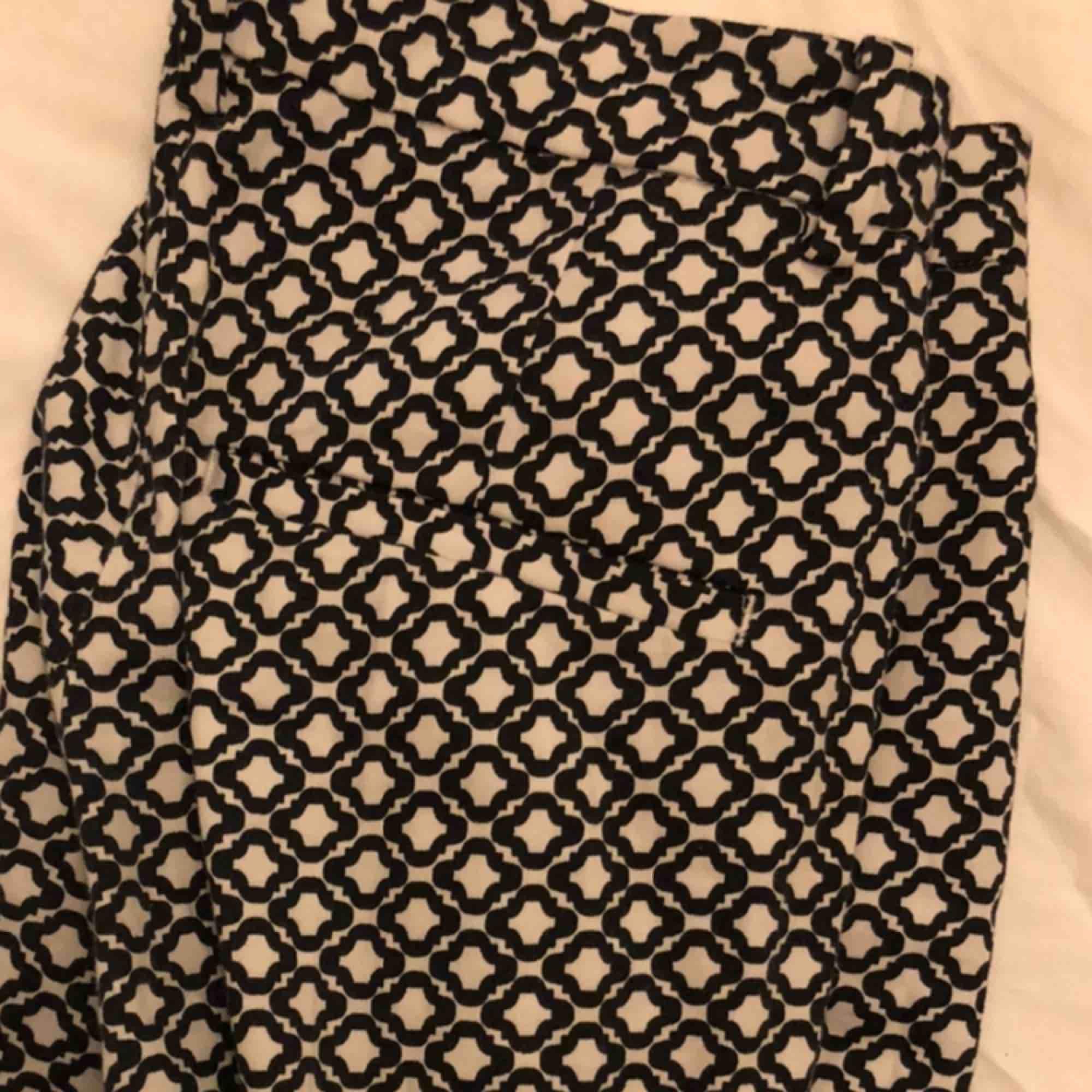 SKITSNYGGA rutiga byxor från h&m!! Köpta för flera år sen men sparsamt använda, tror inte som säljs längre dock. I st 36 så passar en S!! Skriv för fler bilder med dom på osv :))). Jeans & Byxor.