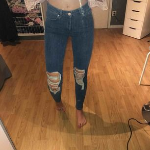 Mörk blå slitna jeans som jag använt 1 gång, köpare står för frakt