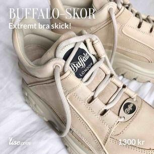 Kommer aldrig till användning. Ser helt nya ut om man bortser från sulans undersida. Märkeslappen på sidan av skon är liiiite klippt i men inget man lägger märke till (se sista bilden). Ord.pris: ca 1700. Köparen står för frakt!