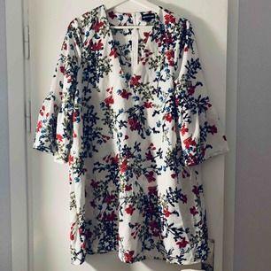 Blommig klänning, använd 1 gång, från pretty little thing, i strl M