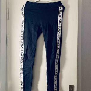 Blåa leggings från new black, strl M