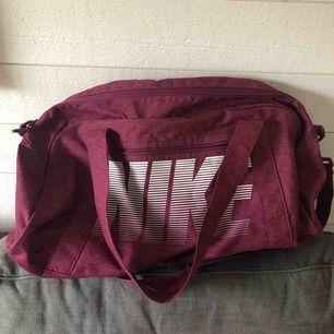 Jättefin Nike väska som bara är använd några fåtal gånger. Köpt på stadium.  Frakt 30kr💕