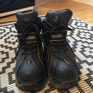 Riktigt coola bullhead skor, det guldiga på sulan är förmodligen ditmålat (köpte dom begagnat själv så är ej säker) Bra skick! Används aldrig så det är synd att låta dom samla damm. Tvättas av innan dom skickas! Köparen betalar frakt 🌟