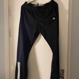 Svarta Adidasbyxor, aldrig använda. Strl M