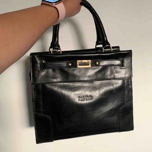 Oanvänd snygg elegant väska med mycket plats, oanvänd köpte den för 1399 på skincentralen men blev bara stående i garderoben. Paul chriz är märken. Höjd 23 bredd 27 djup 11