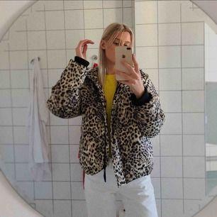 leopard dunjacka från bikbok. inköpspris 600kr ungefär. använd lite förra vintern men i bra skick!! frakt ingår