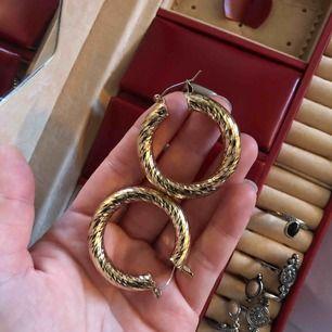 Jättefina guldiga örhängen, aldrig använda (förutom på bilden)  Köparen betalar frakt 🌟