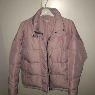 Rosa jacka (puffer jacket) från märker Light Before Dark, köpt på Urban Outfitters. Bra skick men en liten reva vid ena fickan. Skriv för mer info, bilder mm!