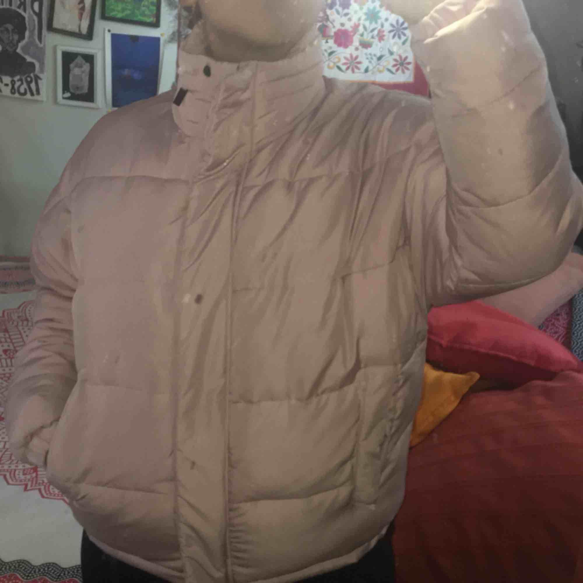 Rosa jacka (puffer jacket) från märker Light Before Dark, köpt på Urban Outfitters. Bra skick men en liten reva vid ena fickan. Skriv för mer info, bilder mm! . Jackor.