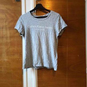 Calvin Klein T-shirt, använd men i bra skick!  Köparen betalar frakt 🌟