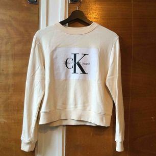 Calvin Klein sweatshirt i fin ljus peach färg.  Den har lite fläckar (se bild) därav priset, nypris 999kr Köparen betalar frakt 🌟