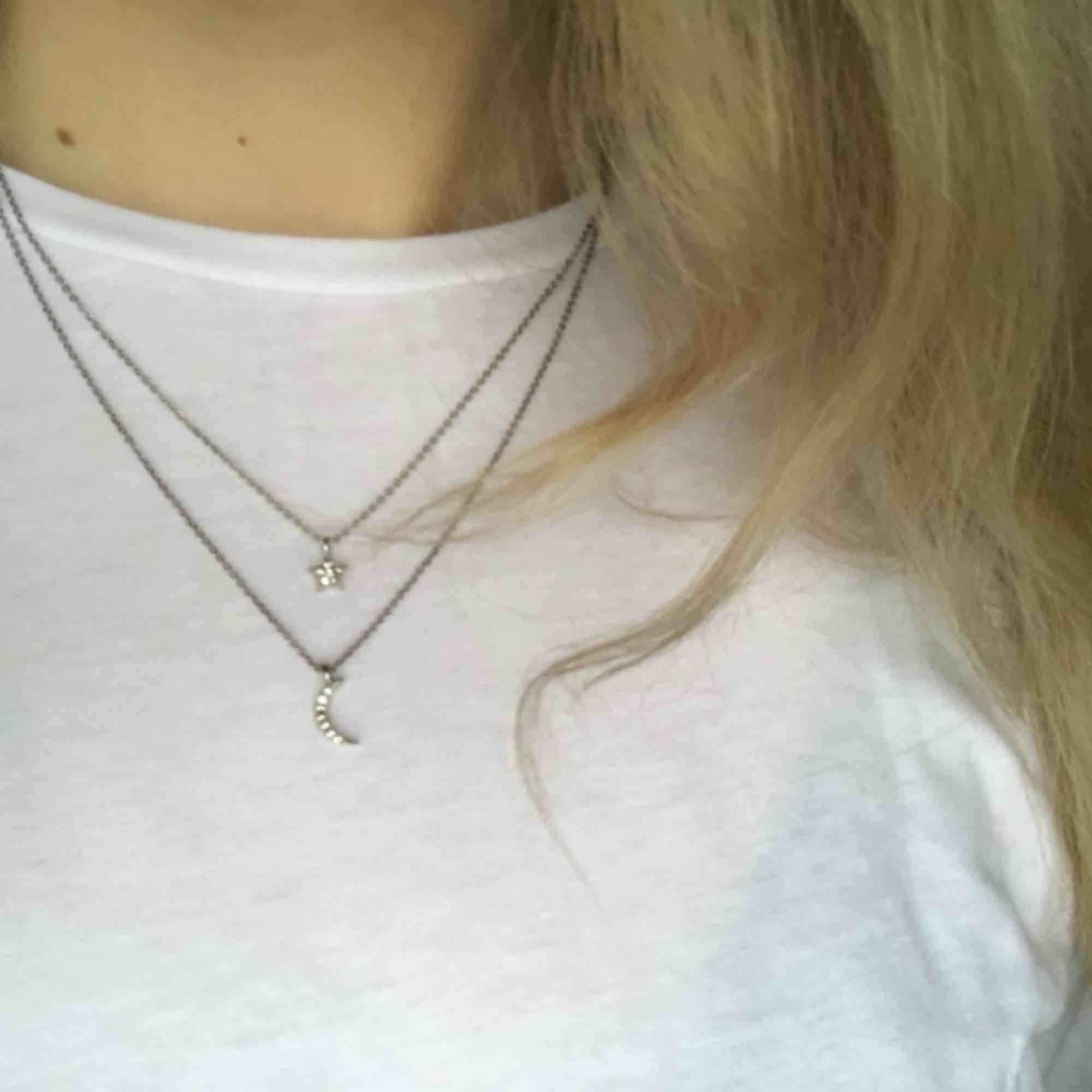 Dubbelt halsband med en måne och en stjärna! Använd endast en gång! Köparen betalar eventuell frakt! ❤️. Accessoarer.