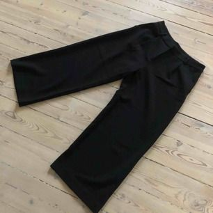 Ankellånga vida kostymbyxor från Monki i tjockare material. Nyskick, använda 1 gång. Kan mötas upp i stockholm eller frakta