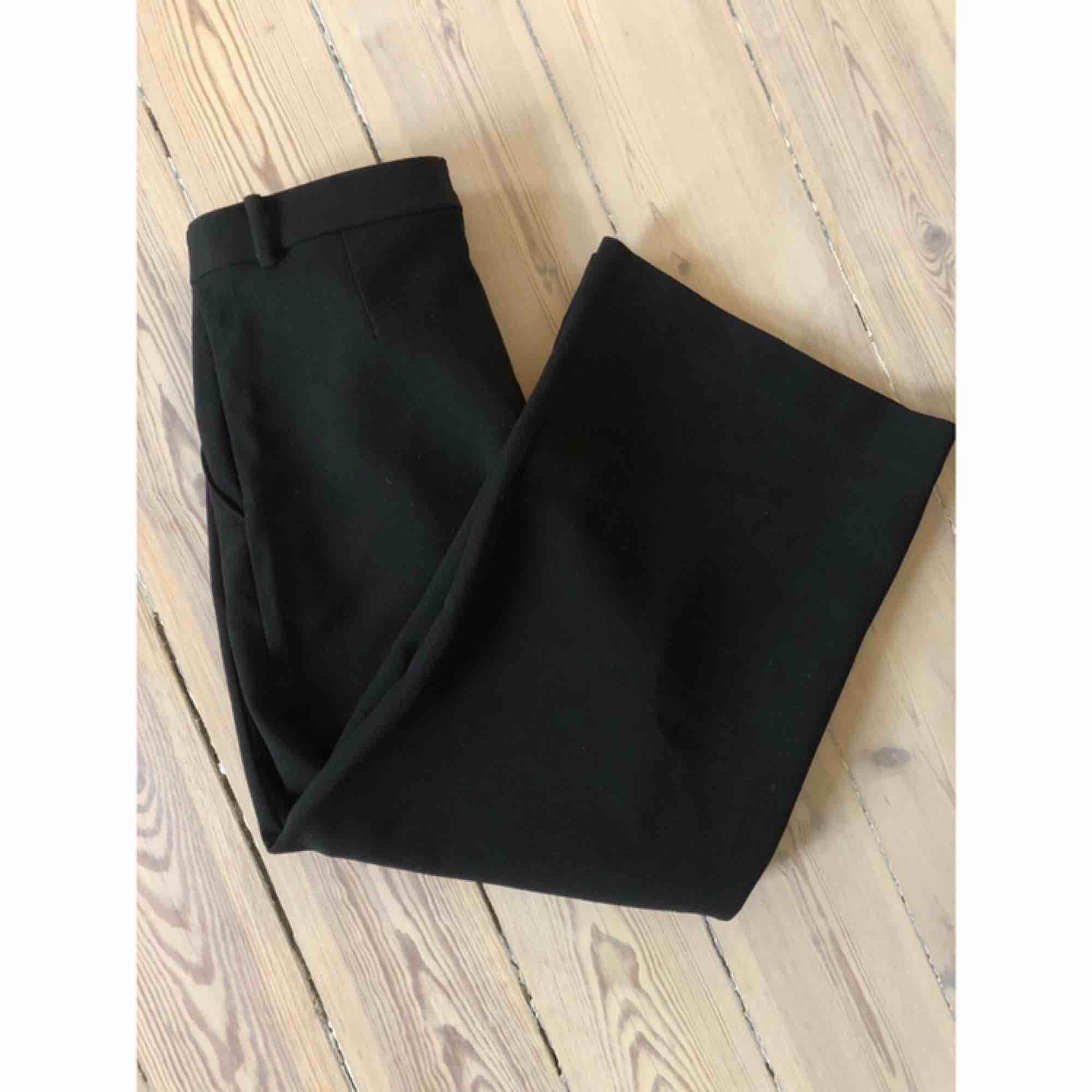 Ankellånga vida kostymbyxor från Monki i tjockare material. Nyskick, använda 1 gång. Kan mötas upp i stockholm eller frakta. Jeans & Byxor.