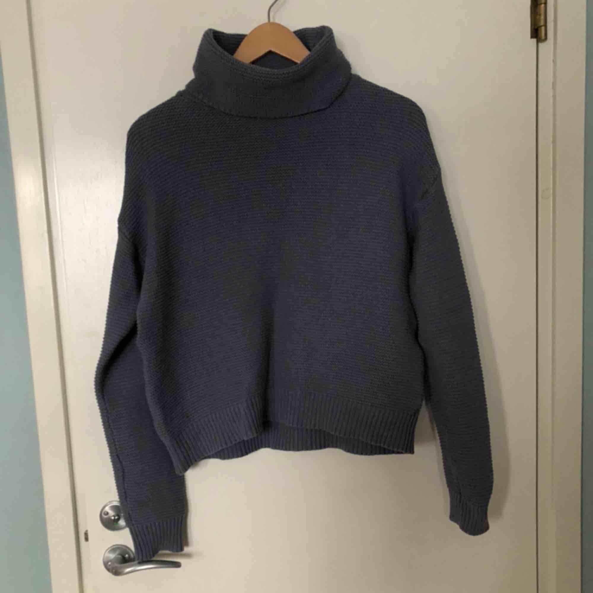 Gråblå stickad tröja från Na-kd! Omärkbart använd tre gånger (nyskick). Köparen står för eventuell frakt ❤️. Stickat.