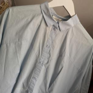 !!BUDA!! Babyblå skjorta/skjortklänning! Oanvänd av mig. Kan tyvärr inte visa med den på då den är för liten! Frakt 36kr eller 49kr spårbart 💘 Har lagt upp massa nytt och oanvänt nu så kolla igenom resten av min sida om du hittar något mer! Samfraktar och vid köp av 2 plagg eller mer ingår frakten 🌺