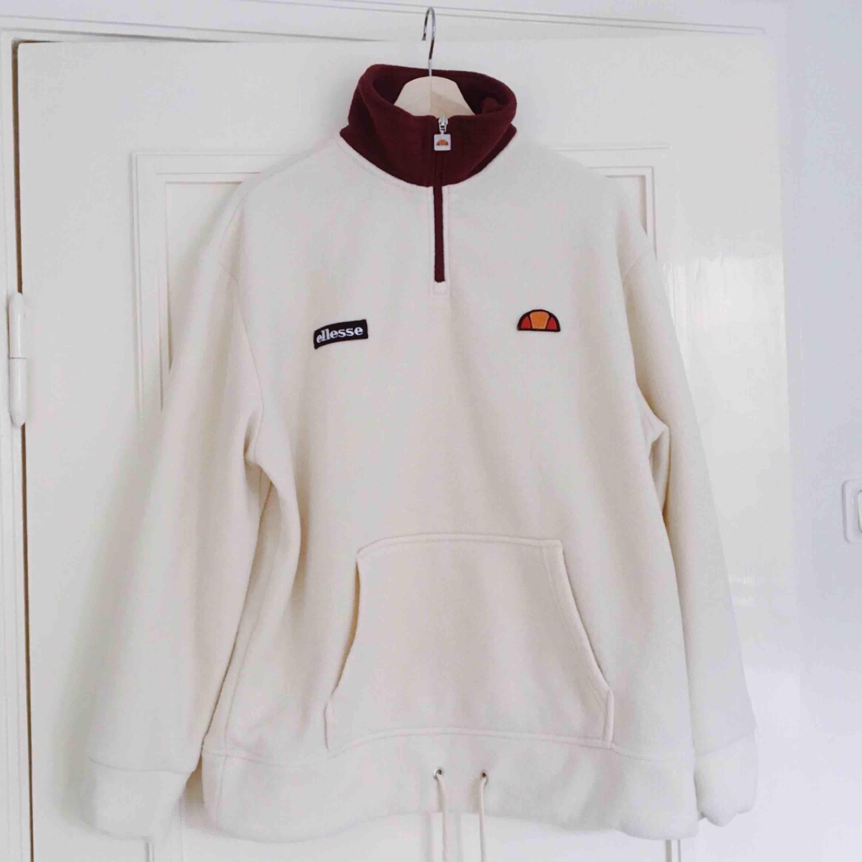 En fleece-tröja från Ellesse.   Det står storlek 8 i, vilket motsvarar 36. OBS! Oversize   Superskönt material och mycket fint skick! . Huvtröjor & Träningströjor.