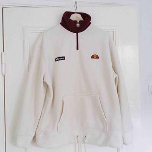 En fleece-tröja från Ellesse.   Det står storlek 8 i, vilket motsvarar 36. OBS! Oversize   Superskönt material och mycket fint skick!