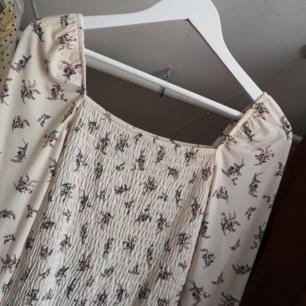 Oanvänd klänning från Gina Tricot. Hur fin som helst! Passar både S & M då den formar sig efter kroppen! Frakt 49kr 💘 Har lagt upp massa nytt och oanvänt nu så kolla igenom resten av min sida om du hittar något mer! Samfraktar och vid köp av 2 plagg eller mer ingår frakten 🌺