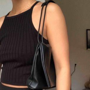 Super fin och unik svart väska. Köptes utomlands, men har knappt kommit till användning då jag har en liknande. Man kan ha det både som en liten shoulder bad/ axelväska, eller ska kan man dra ut bandet och använda som en Crossbody